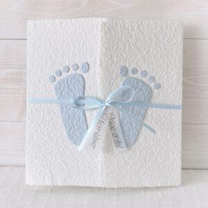 Individualisierbare Geburtsanzeige mit blauen Füsschen aus handgeschöpftem Papier.