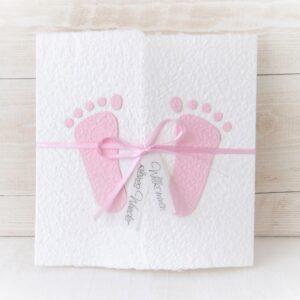 Individualisierbare Glückwunschkarte zum Baby weiss mit rosa Füsschen aus handgeschöpftem Papier.