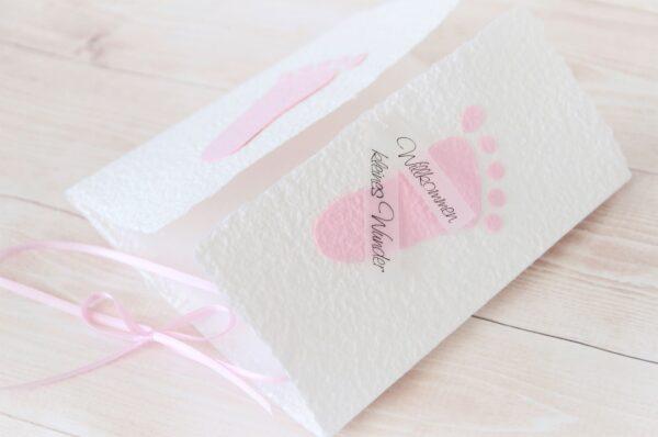 Handgemachte und individualisierbare Glückwunschkarte zum Baby mit Füsschen rosa