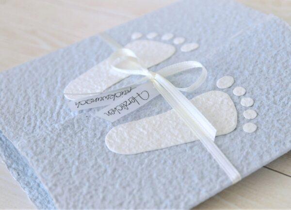 Handgemachte und individualisierbare Glückwunschkarte zum Baby mit Füsschen weiss auf blau