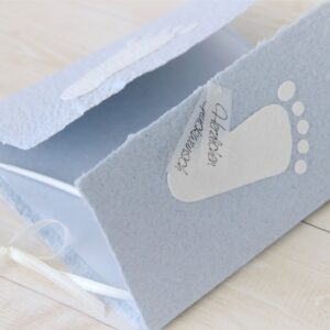 Individualisierbare Glückwunschkarte zum Baby blau mit weissen Füsschen aus handgeschöpftem Papier.