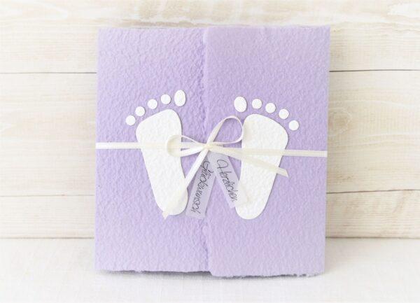 Handgemachte und individualisierbare Glückwunschkarte zum Baby mit Füsschen weiss auf lila