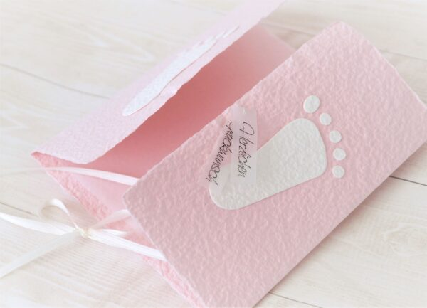 Handgemachte und individualisierbare Glückwunschkarte zum Baby mit Füsschen weiss auf rosa