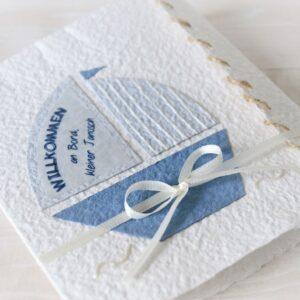 Handgemachte und personalisierbare Glückwunschkarte zum Baby Junge Segelboot blau