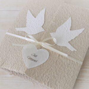 Handgemachte und personalisierbare Hochzeitskarte Tauben weiss auf beige