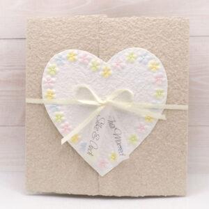 Personalisierte Hochzeitskarte Blumenherz beige aus handgeschöpftem Papier mit bunten Blümchen