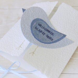 Handgemachte und individualisierbare Glückwunschkarte zum Baby mit Spatz blau für Jungen