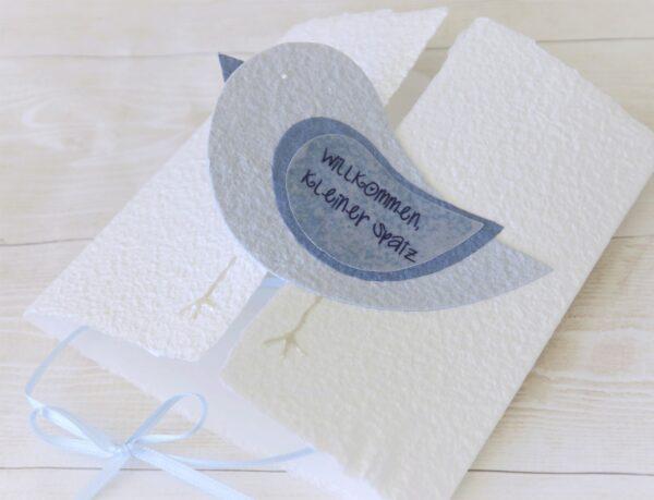 Handgemachte und individualisierbare Glückwunschkarte zum Baby mit Spatz blau