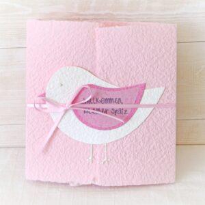 Handgemachte und individualisierbare Glückwunschkarte zum Baby mit Spatz weiss auf rosa für Mädchen