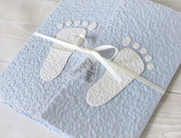 """Handgemachte und personalisierbare Taufeinladung """"Füsschen weiss auf blau"""""""