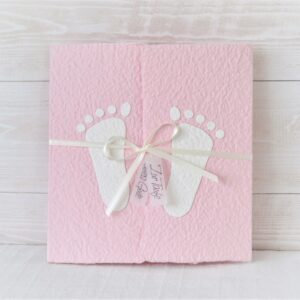 """Handgemachte und personalisierbare Taufkarte """"Füsschen weiss auf rosa"""""""