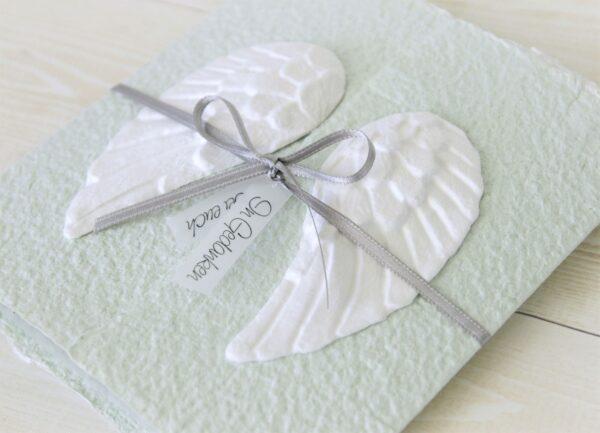 Handgemachte und individualisierbare Trauerkarte Engelsflügel grün