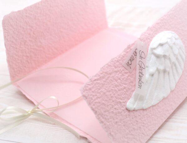 Individuelle Trauerkarte für Kinder und Babys aus handgeschöpftem Papier in rosa mit Engelsflügel weiss