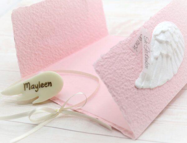 Individuelle Trauerkarte für Kinder und Babys aus handgeschöpftem Papier in rosa mit Engelsflügel weiss und Leucht-Fimo Engelsflügel mit Name