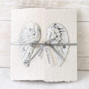 Handgemachte und individualisierbare Trauerkarte Engelsflügel mit Stein-Effekt und grauem Band
