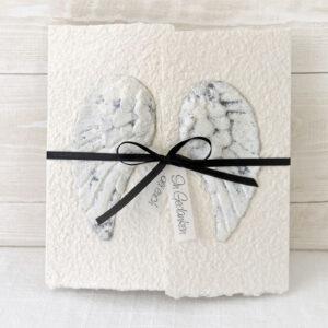 Handgemachte und individualisierbare Trauerkarte Engelsflügel mit Stein-Effekt und schwarzem Band