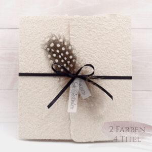 Trauerkarte aus handgeschöpftem Papier in beige mit einer Feder, Titelstreifen und Satinschleifchen